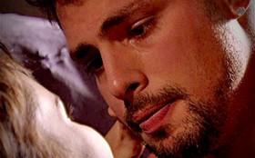 Jorginho diz a Nina que Carminha é um monstro e só quer o dinheiro de Tufão