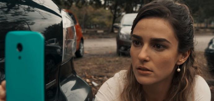 Sara filma tudo, assustada (Foto: TV Globo)