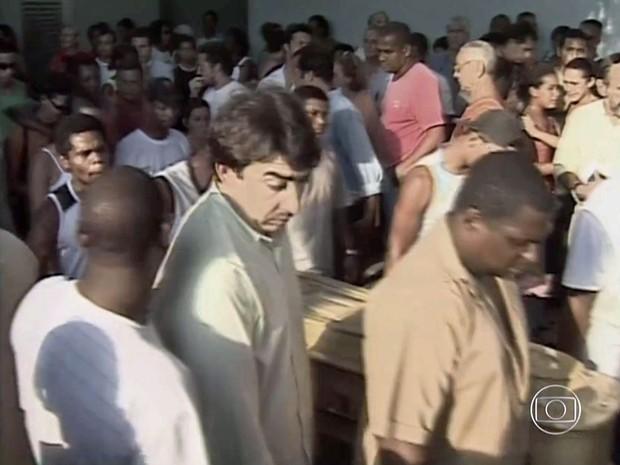 Enterro de vítimas da chacina da Baixada (Foto: Reprodução/Globo/Arquivo)