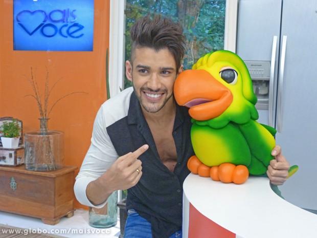 Gusttavo Lima posa com Louro José nos bastidores do Mais Você  (Foto: Mais Você / TV Globo)