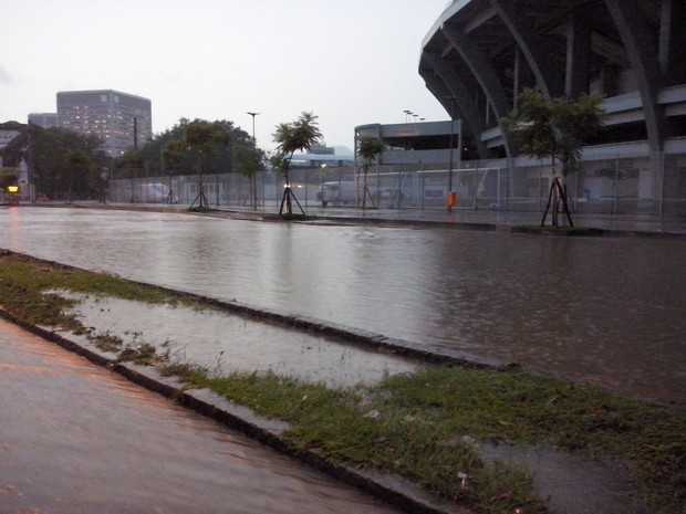Chuva deixa ruas do entorno do Maracanã alagadas (Foto: Janaína Carvalho/G1)