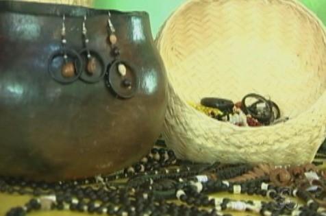 Bijuterias e objetos indígenas são comercializados através do blog (Foto: Bom Dia Amazônia)