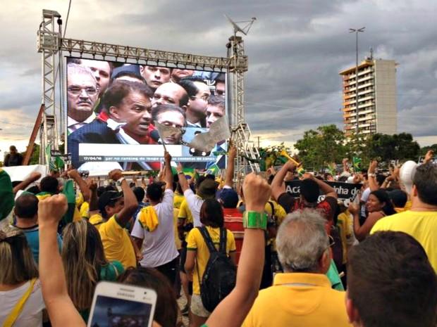 """Público vibra com """"sim"""" de deputados em manifestação na capital do Amazonas (Foto: Jamile Alves/G1 AM)"""