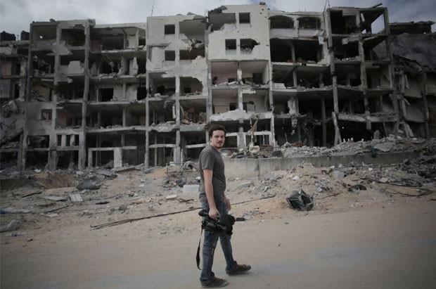 O jornalista italiano Simone Camilli em foto de 11 de agosto. Ele morreu em uma explosão em Gaza nesta quarta-feira (11) (Foto: Khalil Hamra/AP)