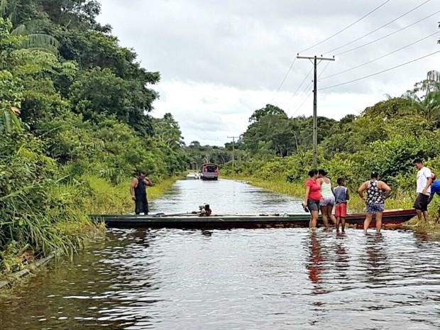 Estrada foi interditada devido à invasão das águas do Rio Moa  (Foto: Anny Barbosa/G1)