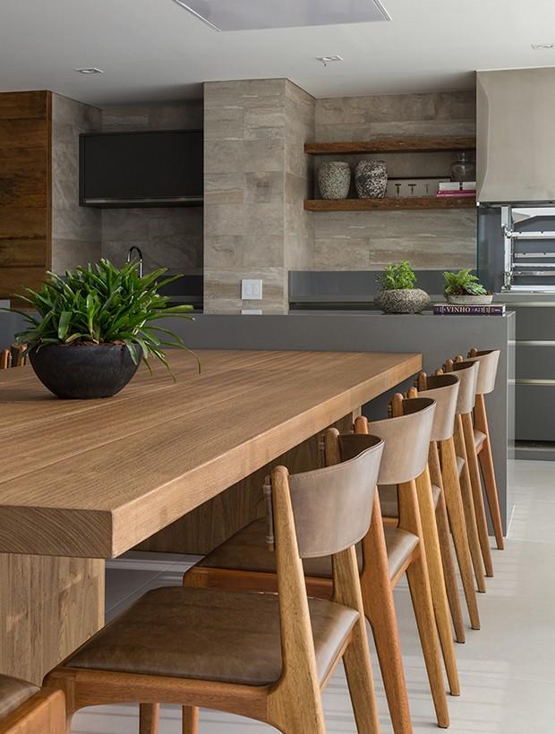 Apartamento com tons suaves e menos móveis dita nova fase da família (Foto: Evelyn Muller/ divulgação)