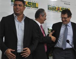 Jérôme Valcke, com Ronaldo Nazário e Aldo Rebelo (Foto: Valter Campanato/ABr)