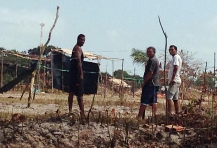 Invasores montaram casas de madeiras e cobertas com plásticos em terreno do Sampaio (Foto: Sampaio / Divulgação)