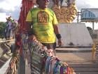 Idoso paga promessa após caminhar por 7 anos carregando cruz de 50 kg
