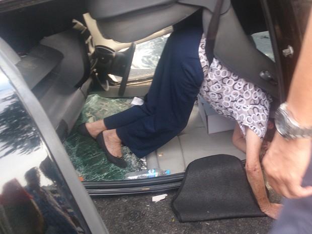 Policiais Militares tiveram que cortar o cinto de segurança para resgatar a idosa (Foto: LG Rodrigues / G1)
