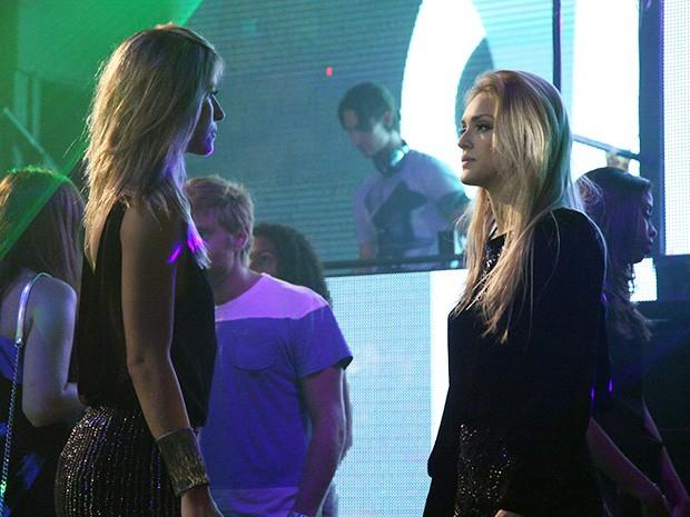 Megan trata de inventar uma mentira para se livrar da rival (Foto: Carol Caminha/Gshow)