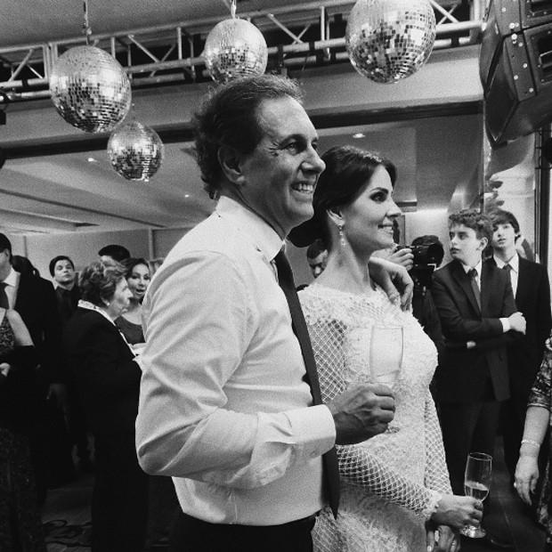 Ois noivos no momento do brinde (Foto: Reprodução/Instagram)