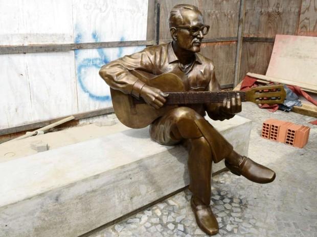O músico Maurício de Oliveira foi retratado em bronze empunhando seu violão (Foto: Carlos Alberto Silva/ A Gazeta)