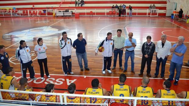 Reunião com o elenco do São José Basquete (Foto: Danilo Sardinha/Globoesporte.com)