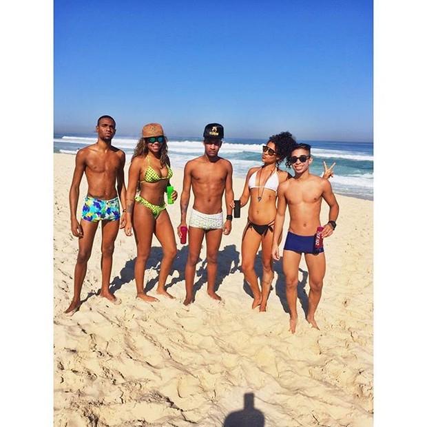 Ludmilla curte praia com amigos (Foto: Reprodução/Instagram)