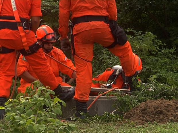 Bombeiros vão utilizar máquina para tentar resgatar corpo de advogado cimentado no fundo de poço (Foto: TV Verdes Mares/Reprodução)