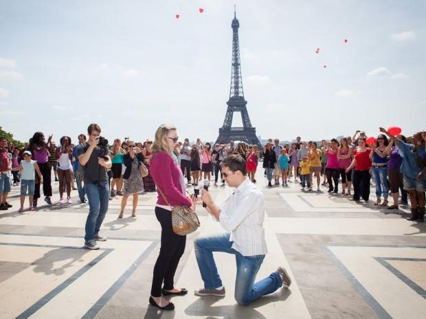 Raidel apareceu de surpresa durante a viagem da noiva para fazer o pedido. O casamento já estava programado para o mesmo dia, sem que ela soubesse.  (Foto: Raidel Deucher Ribeiro/VC no G1)