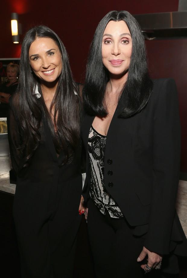 Demi Moore e Cher em premiação de cinema em Los Angeles, nos Estados Unidos (Foto: Jesse Grant/ Getty Images/ AFP)