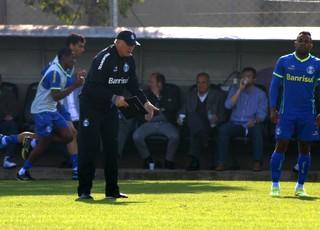Felipão orienta treino do Grêmio no Olímpico (Foto: Diego Guichard/GloboEsporte.com)