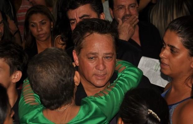 Leonardo recebeu a solidariedade dos presentes após missa de 7º dia do pai (Foto: Fábio PH/Prefeitura de Trindade)