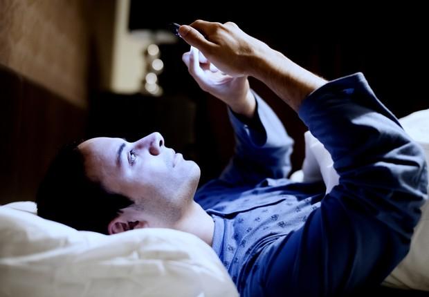 mau hábito; mexer no celular antes de dormir; perder o sono  (Foto: Thinkstock)