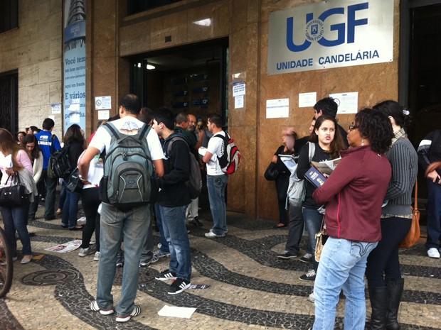 Candidatos chegam cedo para realizar 2ªfase da prova da OAB (Foto: Aline Pollilo/G1)