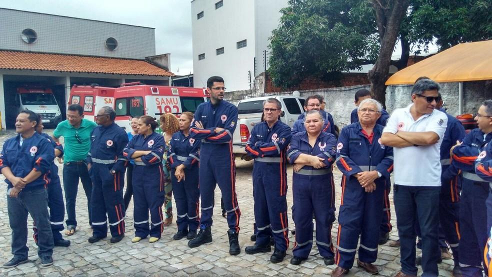 Servidores do Samu cruzam os braços durante protesto em Teresina (Foto: Gilcilene Araújo)