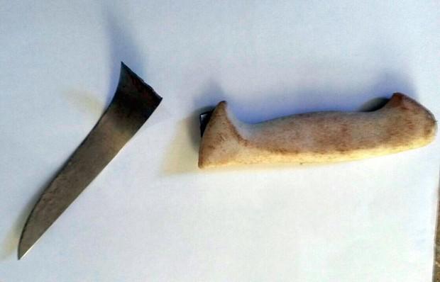 Faca usada no crime foi encontrada quebrada (Foto: Divulgação/Polícia Civil do RN)