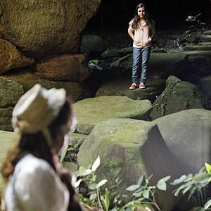 Clara volta a se deparar com Adélia (Foto: Amor Eterno Amor/TV Globo)