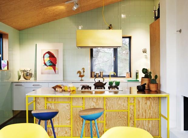 Cozinha. No cômodo que fez de Daniel um designer renomado, o mix de cobre, mármore e compensado de pinho. O móvel central foi feito pelo morador (Foto: Carl Dahlsted / Living Inside)