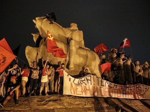Manifestantes contra Temer sobem no Monumento às Bandeiras no Parque do Ibirapuera (Foto: Amanda Perobelli/Estadão Conteúdo)