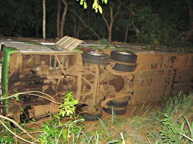 Ônibus tomba em rodovia em MS (Foto: João Éric/ O Pantaneiro)