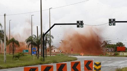 Rocha é detonada para dar lugar a viaduto no DF; VÍDEO