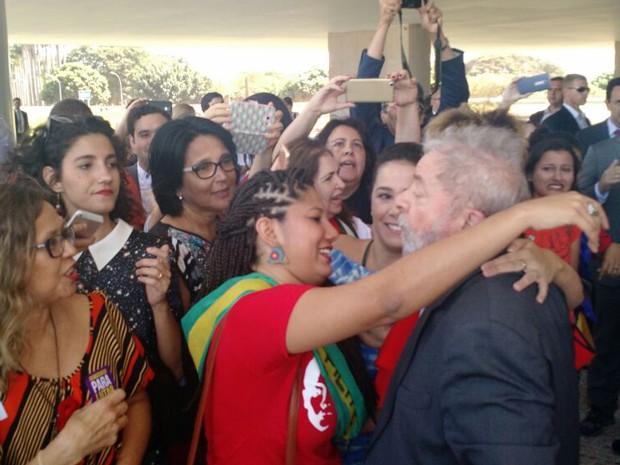 Lula é cumprimentado por manifestantes ao chegar no Planalto nesta quinta (12) (Foto: Laís Alegretti/G1)