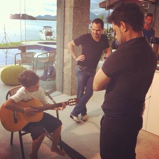 Filho de Nivea Stelmann tocando violão com Zezé di Camargo e Luciano (Foto: Instagram / Reprodução)