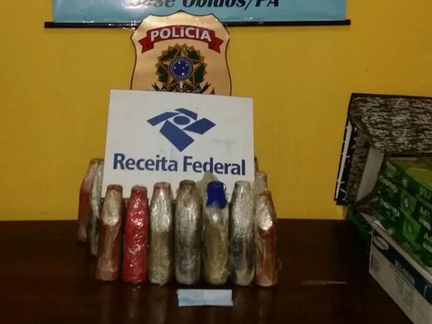 Droga estava escondida em frascos de oléo lubrificante de veículos (Foto: Receita Federal em Santarém/Divulgação)