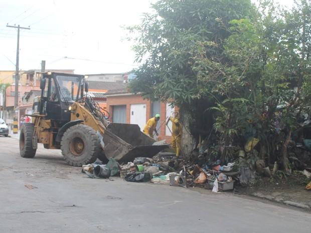 Equipes foram mobilizadas para ajudar acumuladora de objetos no Morrinhos (Foto: Raimundo Nogueira / Prefeitura de Guarujá)