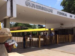Enem 2015 - Domingo (25) - Belém (PA) - UFPA Portões Fechados (Foto: Catarina Barbosa/G1 PA)