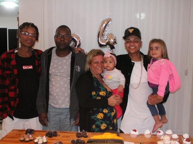 MC Duduzinho com as filhas, Valentina Eduarda e Lara Princess, o irmão, MC Fernandinho, o pai, André Gonçalves, e a mãe, Eliete Medeiros, em festa Rio (Foto: Rodrigo dos Anjos/ Divulgação)
