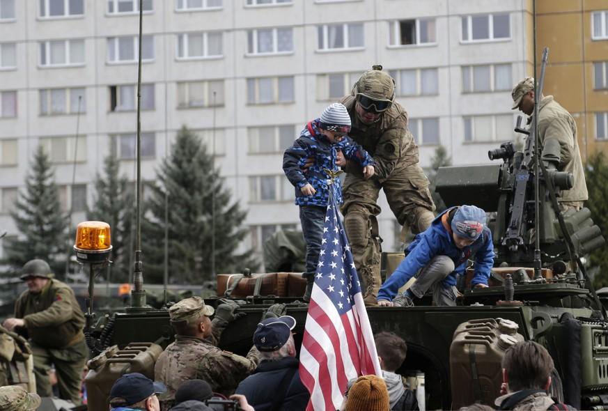 Crianças participam de parada organizada pelo exército americano em Praga, na República Tcheca. A