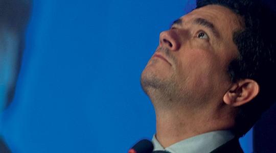 Divergentes Sergio Moro,  símbolo de uma Justiça mais pragmática, olha para cima em um debate do IBCCrim, meca  do garantismo (Foto: Rogério Cassimiro/ÉPOCA)