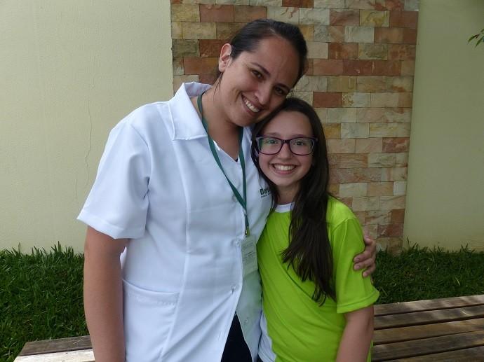 Mari com a professora de ciências, Emília (Foto: Divulgação/RPC)
