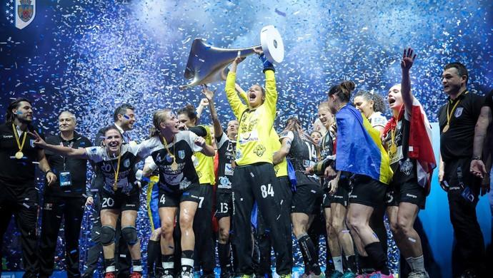 Mayssa Pessoa comemora a conquista da Champions League (Foto: Sabin Malisevschi/CSM Bucuresti)