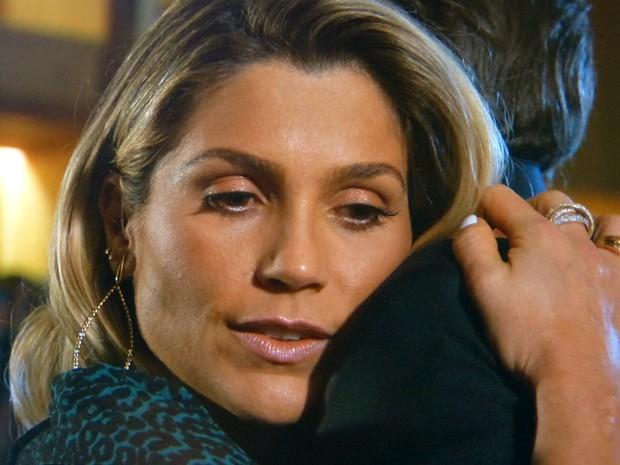 Heloísa pede desculpas a Thomaz e o abraça (Foto: Além do Horizonte/TV Globo)
