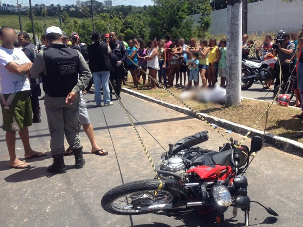Jovem de 19 anos morreu depois de bater num poste em avenida do bairro do Altiplano, em João Pessoa (Foto: Walter Paparazzo/G1)