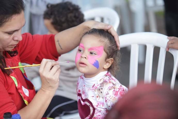 A criançada ainda ganhou pintura no rosto (Foto: Luiz Renato Corrêa/RPC)