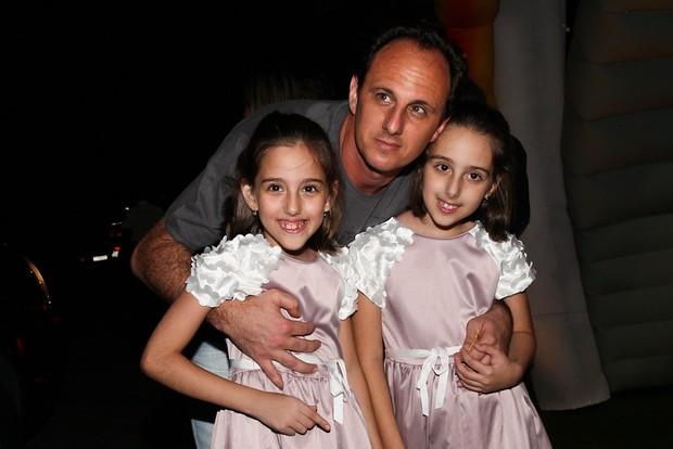 Rogerio Ceni posa com as filhas (Foto: Manuela Scarpa/Foto Rio News)