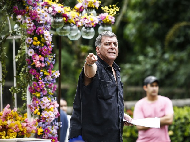 Diretor Jorge Fernando orienta o elenco (Foto: Rapahel Dias/Gshow)