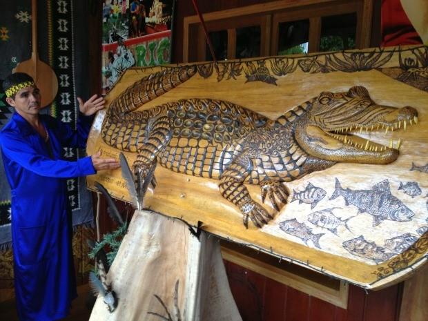 Ex-presidiário trabalha com entalhe em madeira (Foto: Genival Moura/G1)