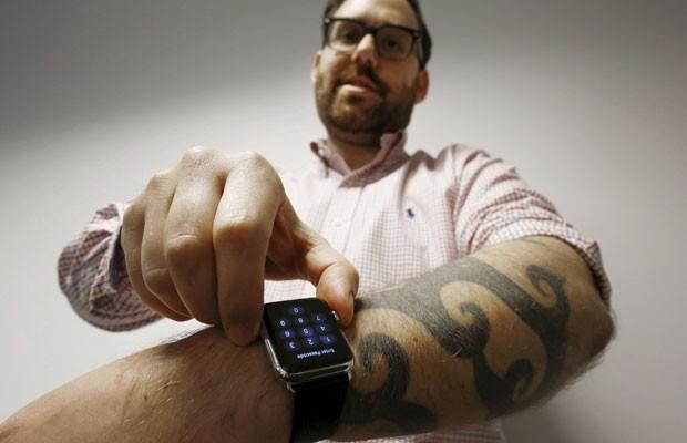 O jornalista da Reuters, Matt Siegel, que possui tatuagem mostra o Apple Watch. (Foto: Jason Reed/Reuters)